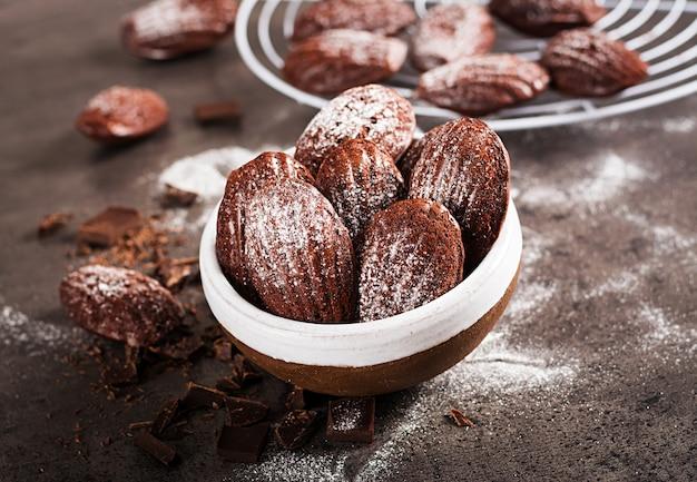 Galletas de chocolate en mesa negra Foto Premium