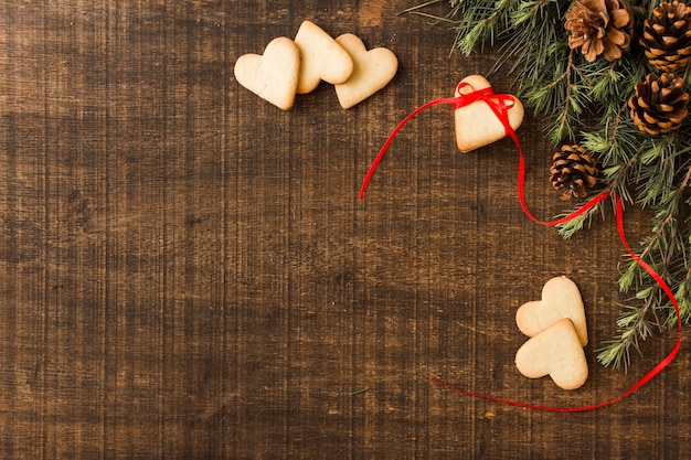 Galletas de corazón con ramas verdes Foto gratis