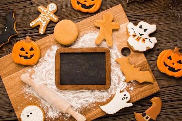 Galletas de halloween en una tabla de madera Foto gratis