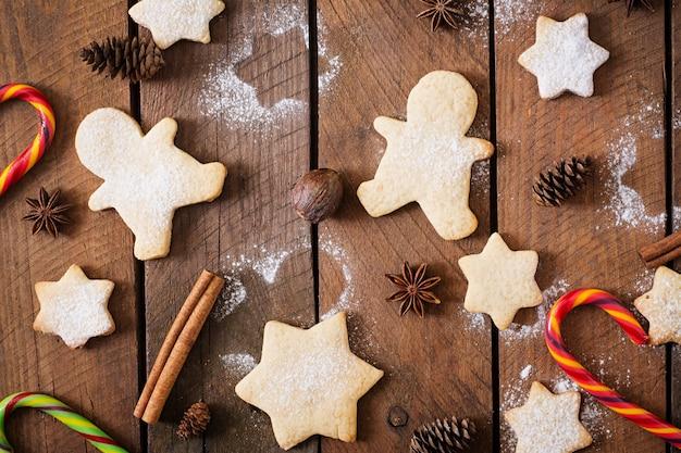 Galletas de navidad y guirnaldas Foto gratis