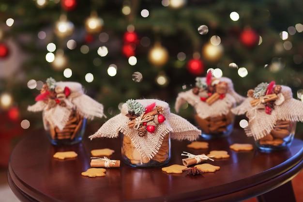 Galletas de navidad de pan de jengibre en el frasco de vidrio. Foto Premium