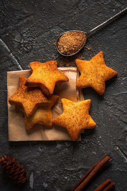 Galletas planas en forma de estrella Foto gratis