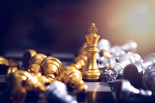 Ganador del tablero de ajedrez, rey de la victoria dorada gana en una exitosa competencia empresarial Foto Premium
