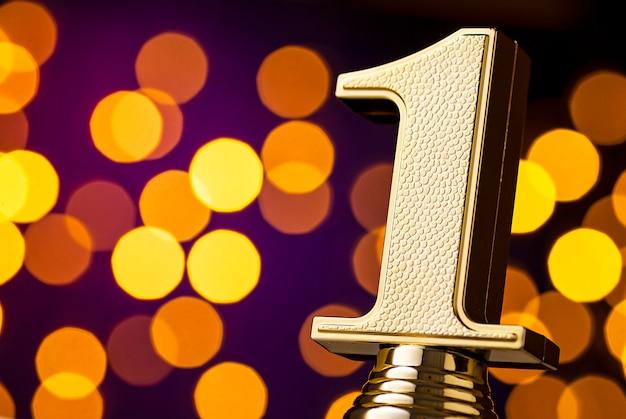 Ganadores del primer lugar trofeo de premio con número de oro Foto Premium
