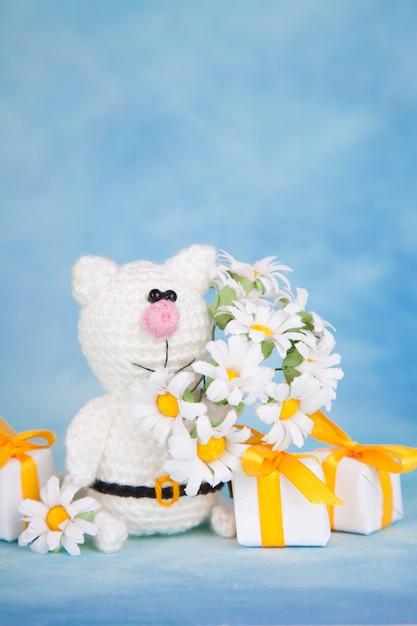 Gato de punto decoración del día de san valentín. juguete de punto, amigurumi. tarjeta de felicitación del día de san valentín. Foto Premium