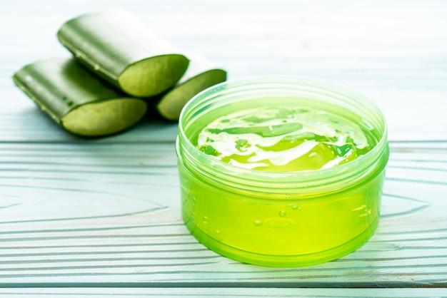 Gel de aloe vera con aloe en rodajas Foto Premium