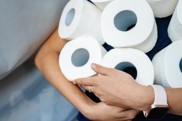 La gente está almacenando papel higiénico Foto gratis