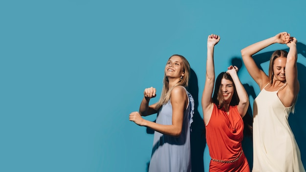 Gente bailando en una fiesta Foto gratis