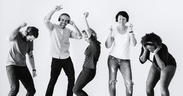 Gente bailando con la música Foto gratis
