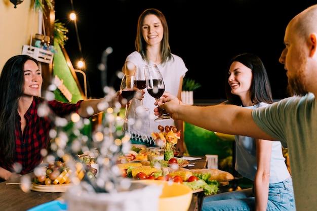 Gente brindando vino en la fiesta Foto gratis