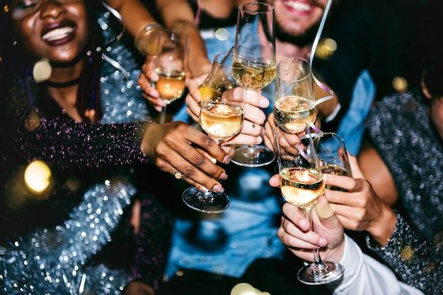 Gente celebrando en una fiesta Foto gratis