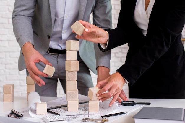 Gente construyendo una torre de madera Foto gratis