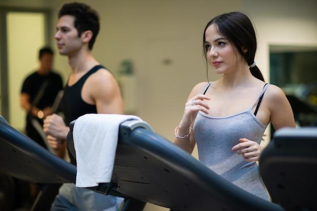 Gente corriendo en la cinta en un gimnasio Foto Premium