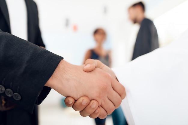 Gente dándose la mano sobre un fondo blanco. Foto Premium