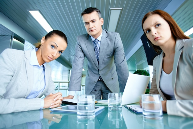 Gente de negocios preocupada en la oficina descargar for Follando en la oficina gratis