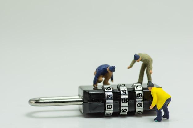 La gente descifra el candado de desbloqueo. Foto Premium