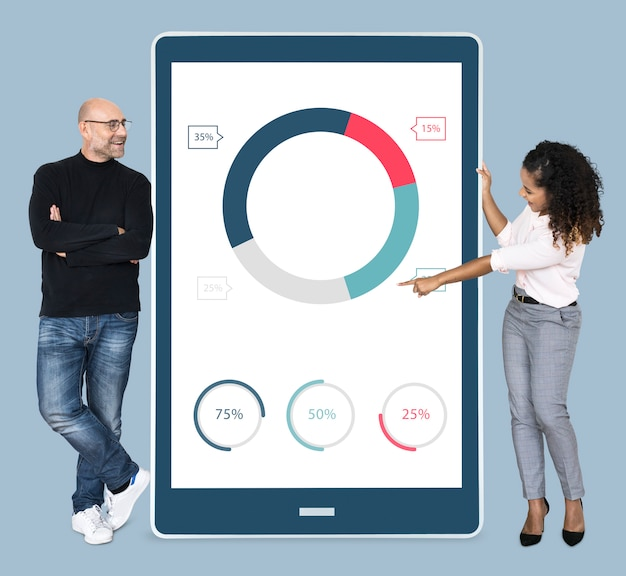 Gente diversa alegre que muestra un gráfico circular en una tableta Foto gratis