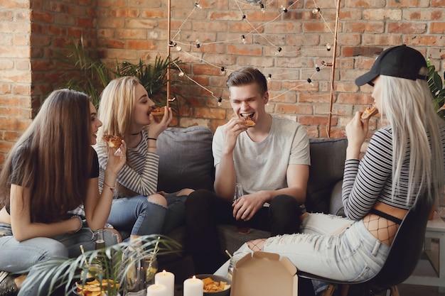 Gente divirtiéndose en una fiesta. Foto gratis