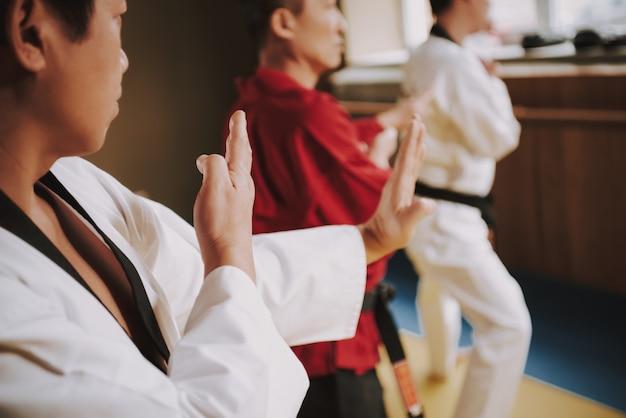 La gente entrena huelgas en la sala de combate en mma. Foto Premium
