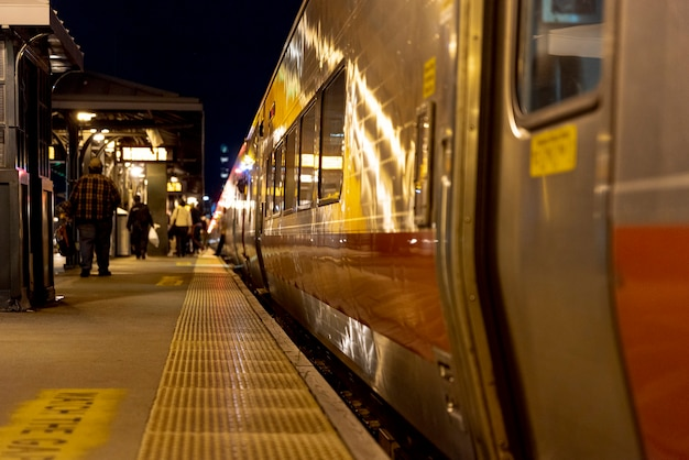 Gente en la estación de tren de noche Foto gratis