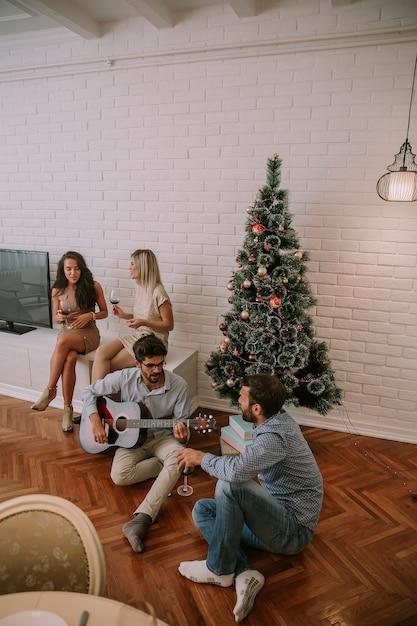 Gente Feliz En Navidad.Gente Feliz Celebrando La Navidad Y El Ano Nuevo Por El