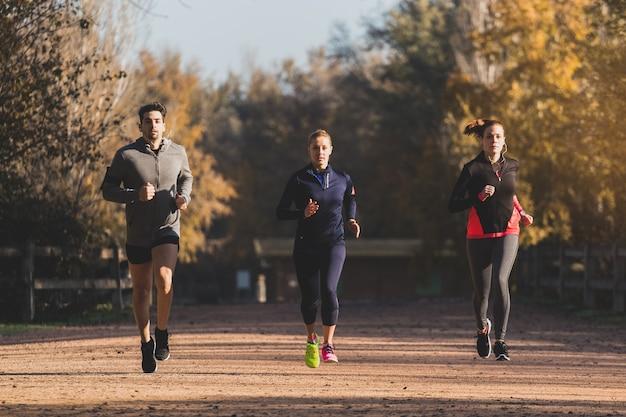 Gente en forma corriendo al aire libre Foto gratis