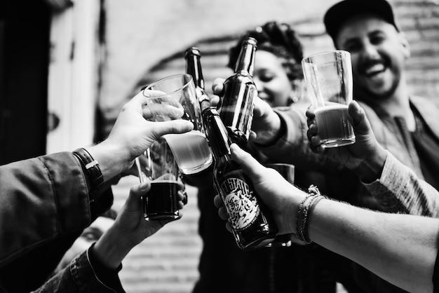Gente haciendo un brindis con cervezas Foto gratis