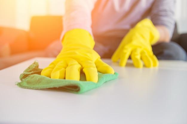 Gente, housework, y, housekeeping, concepto, -, primer plano, hombre, manos, limpieza, tabla, tela, hogar Foto gratis