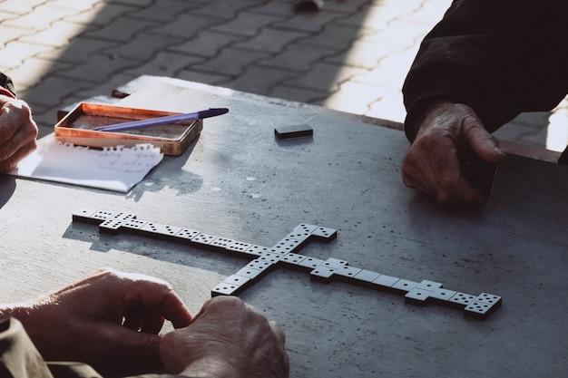 Gente jugando al juego de dominó en el parque Foto gratis