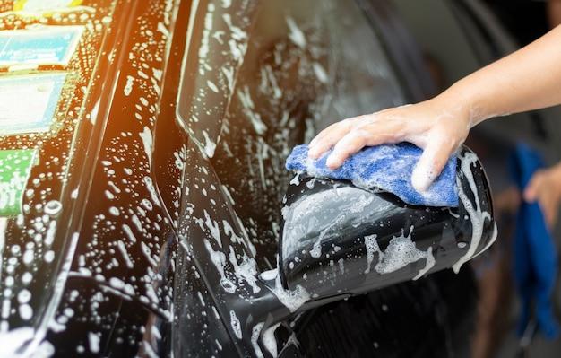 La gente limpia y lava el auto Foto Premium
