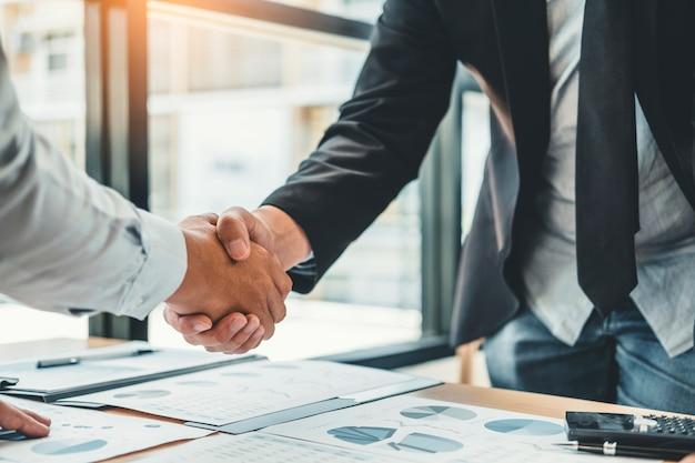 Gente de negocios colegas estrechándose las manos reuniendo planificación análisis de estrategia Foto Premium