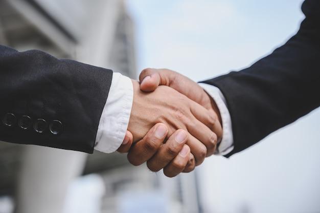 La gente de negocios se da la mano para llegar a un acuerdo de propuesta comercial. Foto Premium