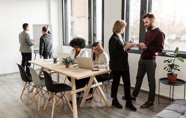 Gente de negocios discutiendo en reunión Foto gratis