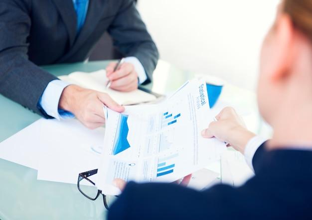 Gente de negocios estadísticos que analiza el concepto de supervisión de la información Foto Premium