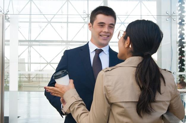 Gente de negocios feliz gesticulando y discutiendo ideas al aire libre Foto gratis