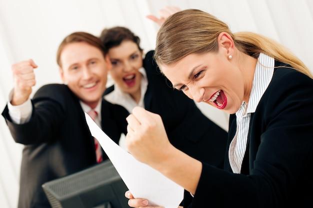 Gente de negocios en la oficina teniendo gran éxito Foto Premium