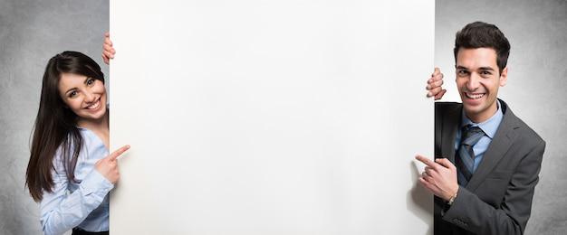 Gente de negocios que muestra una pancarta vacía Foto Premium