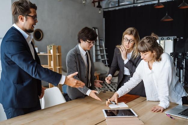 Gente de negocios que tiene discusión, disputa o desacuerdo en una reunión o negociación Foto gratis