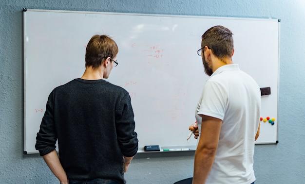La gente de negocios se reúne en la oficina y usa notas de post it para compartir ideas. Foto Premium