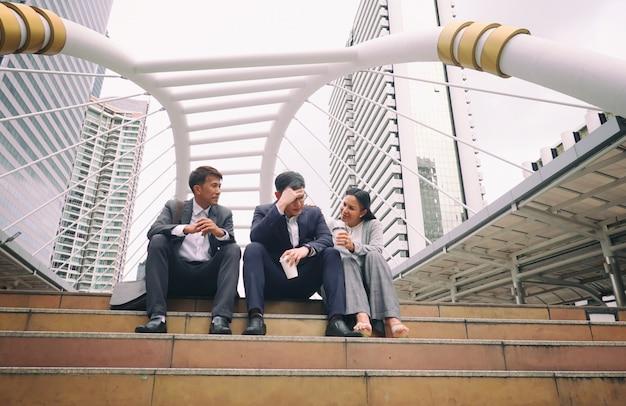 Gente de negocios sentado en el paso discutiendo juntos Foto Premium