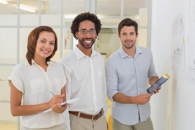 Gente de negocios con tableta digital y bloc de notas en la oficina Foto Premium