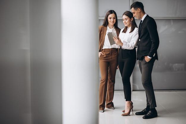 Gente de negocios trabajando en equipo en una oficina Foto gratis