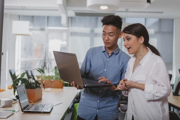 Gente de negocios trabajando juntos en la oficina Foto Premium