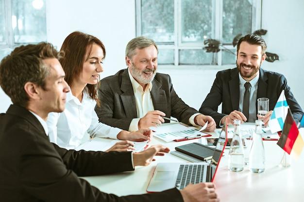 Gente de negocios trabajando juntos Foto gratis