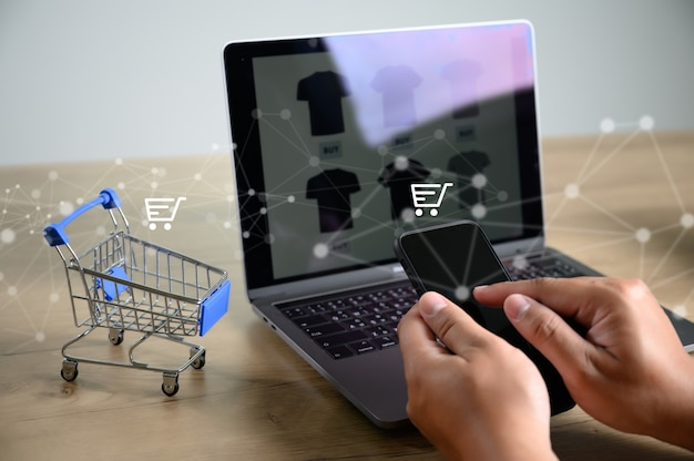 La gente de negocios utiliza tecnología comercio electrónico internet global marketing plan de compras Foto Premium