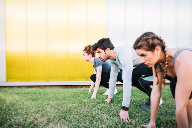 Gente preparándose para correr carrera Foto gratis