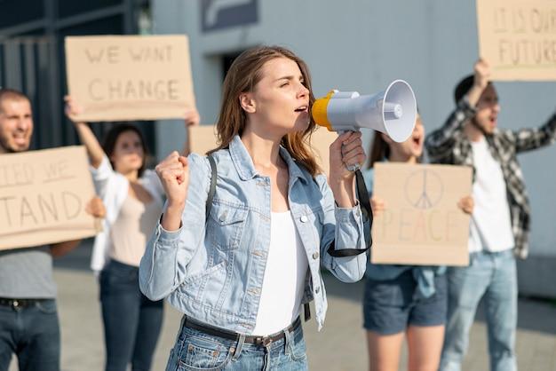 Gente reunida para unirse por la paz Foto gratis