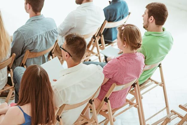 La gente en la reunión de negocios en la sala de conferencias. Foto gratis