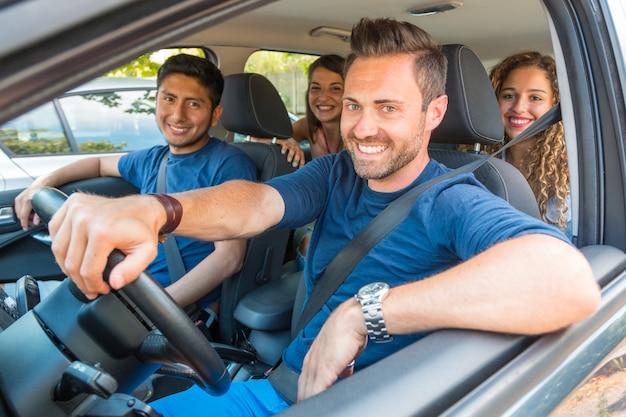 Gente sonriente feliz compartiendo viaje Foto Premium