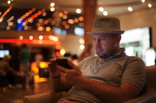 Gente y tecnología hombre feliz con mensaje de lectura de teléfono inteligente Foto Premium